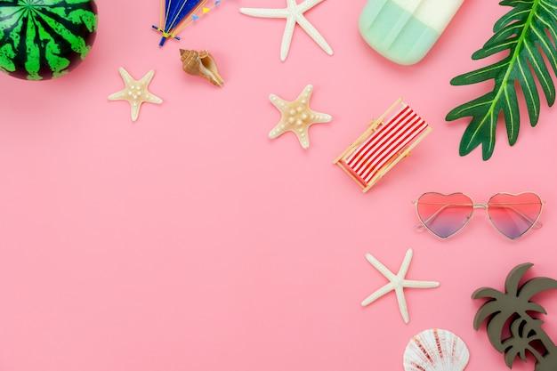 夏休みのためのアイテムのテーブルトップビュー航空写真