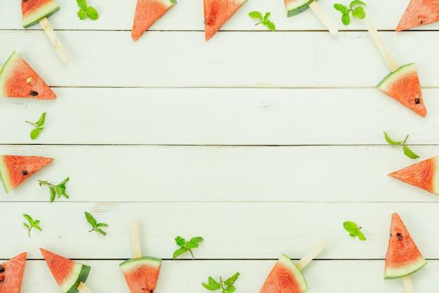 テーブルトップビューフルーツトロピカルドリンクを飲みながら夏の夏の休日と休暇の背景概念