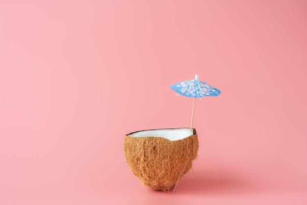 春夏の休日と休暇の背景概念と熱帯のフルーツ