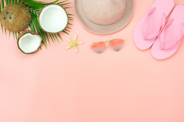 Настольный вид аксессуаров одежды женщины планируют путешествовать на фоне летнего отдыха