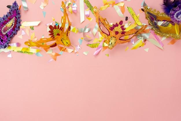 美しいカラフルなカーニバルシーズンまたは写真ブースの小道具マルディグラ背景の空中テーブルトップビュー。