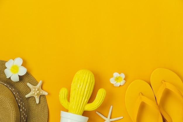 衣類の女性のテーブルトップビューアクセサリーは、夏休みに旅行する予定です。