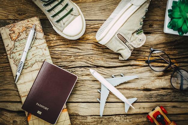 Вид сверху основные предметы для путешествий. обувь для ноутбуков на заднем плане.