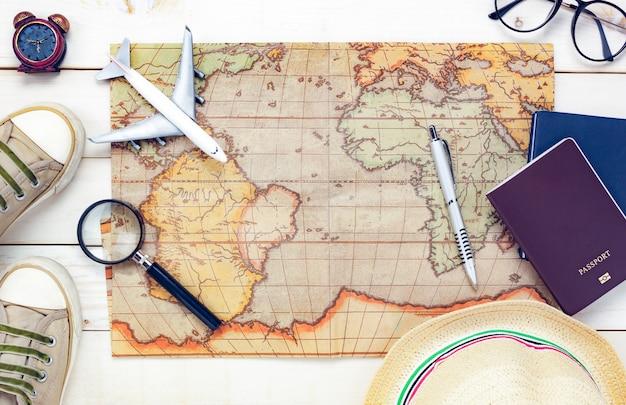 Вид сверху основные предметы путешествия на белом фоне.