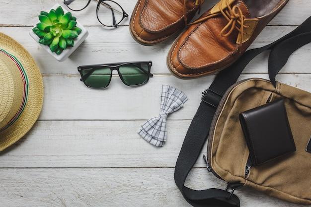 男性の服のコンセプトで旅行するトップビューアクセサリー。