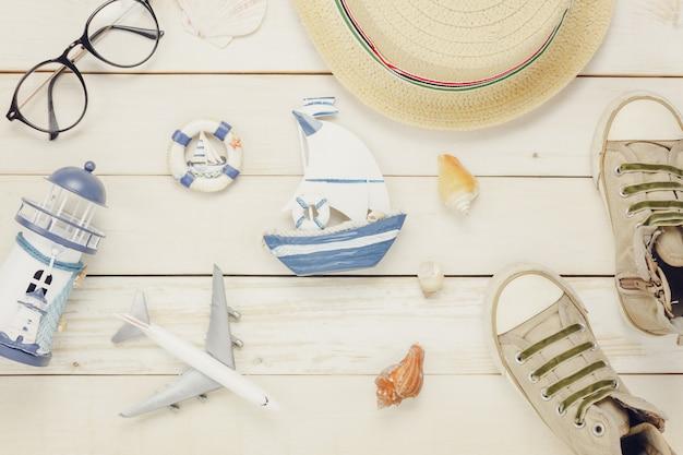 休日の背景の概念で旅行するためのテーブルの上面図航空付属品計画。