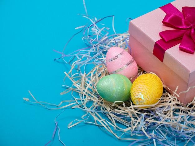С пасхой. концепция поздравительной пасхи фон. пасхальные яйца и цыплята. концепция праздника святой пасхи