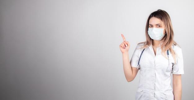 Женщина-врач на работе в больнице взволнована и довольна своей профессией. брюнетка женщина-врач концепция медицины и здравоохранения