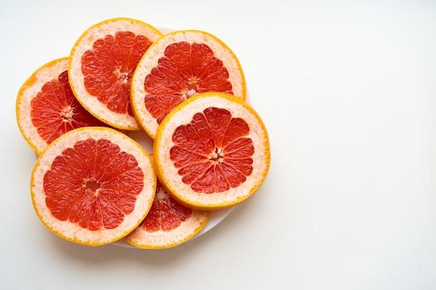 Грейпфрут на белом фоне с пространством для текста