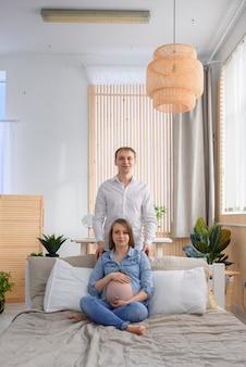 妊娠中の妻を抱き締める男