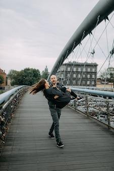 ラブストーリー。橋の近くの男女。愛の関係。秋の夕日。