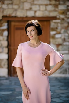 灰色にピンクの赤いドレスで美しい少女ファッションの女の子