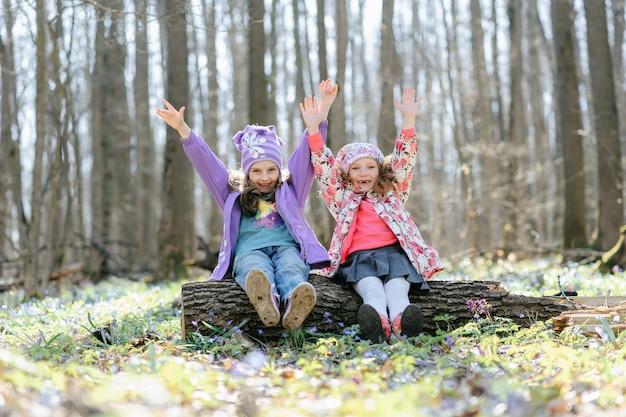 Маленькие девочки в лесу