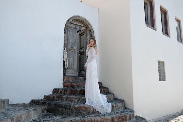 長く豪華な白いウェディングドレスを着ている美しい優しい花嫁の女性の肖像画。美容、ファッションのコンセプト。