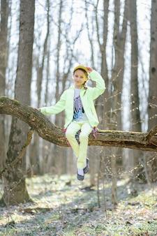 Маленькая девочка в лесу