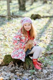 Маленькая девочка с кроликом
