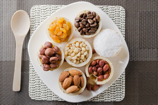 Вафельная корзинка с кофейными зернами, кокосом, изюмом, миндалем, арахисом, фундуком и кедровыми орехами