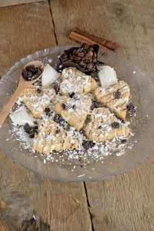 Ломтики сладких рулетиков в форме сердца, украшенные черным и белым шоколадом
