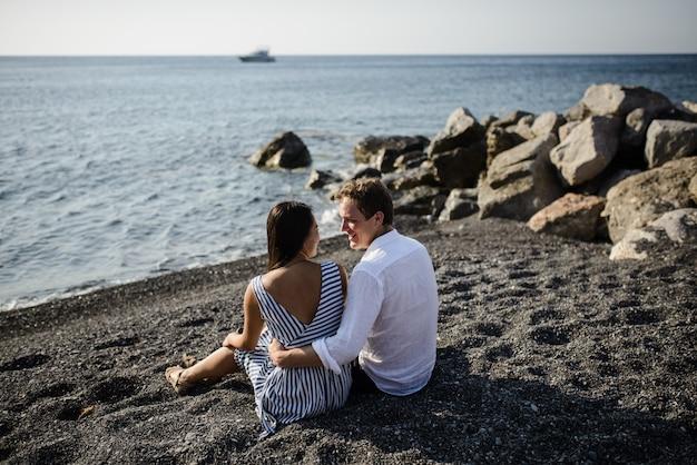 サントリーニ島のビーチで若いカップル