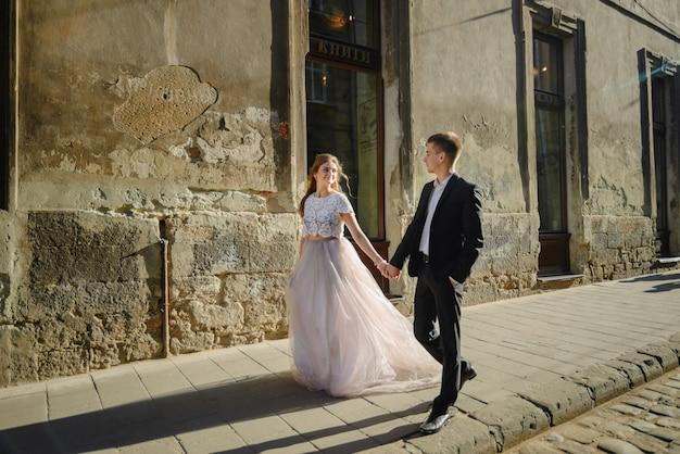 冬の通りに一緒に実行している幸せなカップル