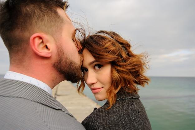 Свадебная фотосессия пары на берегу моря. синее свадебное платье на невесту.