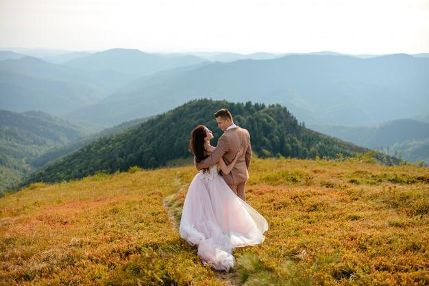 ヤングは、山での結婚式を祝うカップルが大好き