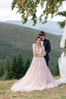 新郎新婦は山での結婚式を祝います。結婚式の写真。二人のための結婚式。