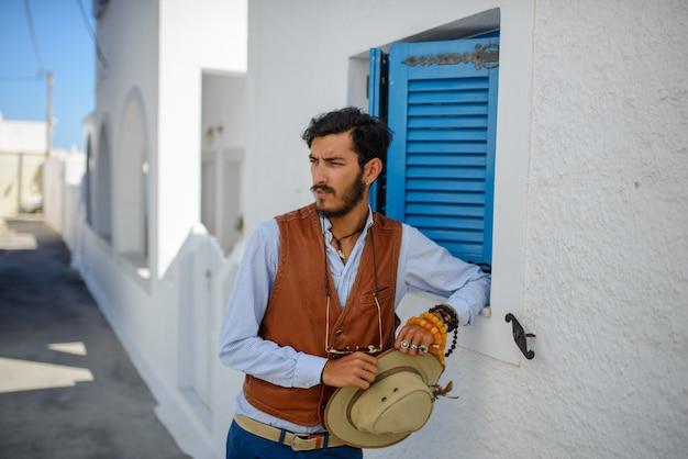 Портрет мужчины, этническая цыганка. портретная фотография, сделанная на улице острова санторини
