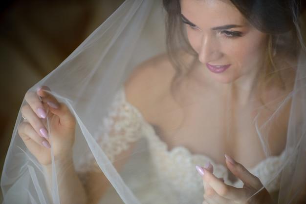ベールの下の美しい花嫁の肖像画。