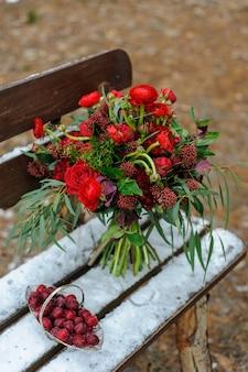冬の通りの式典のための結婚式の装飾。