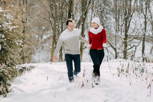 Счастливая пара развлечения на открытом воздухе в снежный парк.