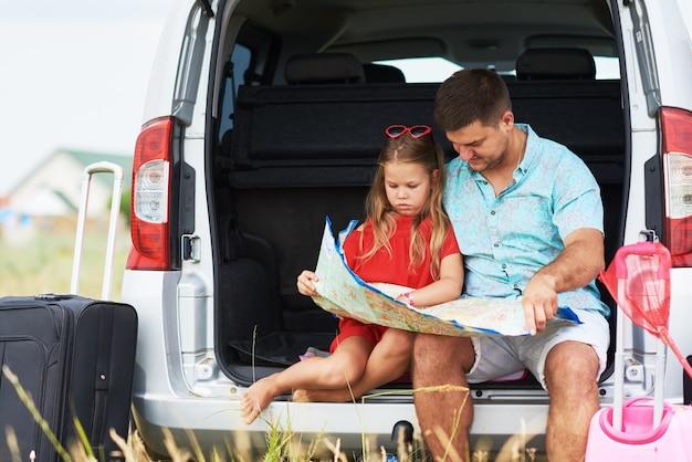 Отпуск, путешествия - счастливая семья готова к путешествию на летние каникулы. люди веселятся и фотографируются на телефоне. сделай селфи на память о путешествии