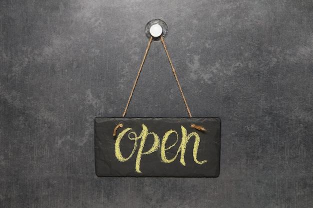 カフェやレストランで開くと書かれた看板が入り口のドアに掛かっています。隔離後。開業