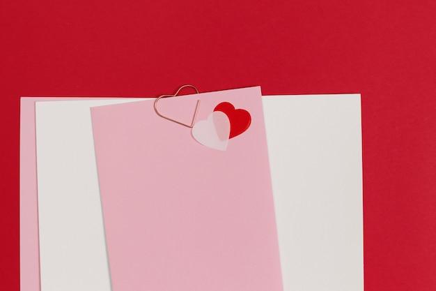 Пустой шаблон для романтических писем на красном пространстве. красная ручка с мехом в форме сердца