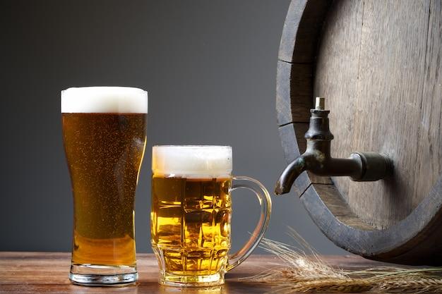 木製の樽が入った大きなビールジョッキ