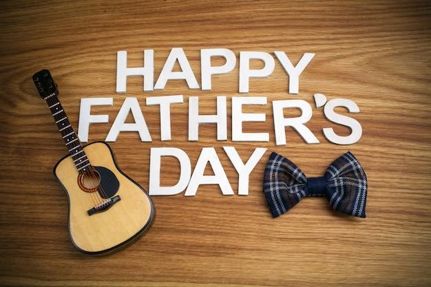 Счастливый день отцов письма с гитарой на деревянном фоне