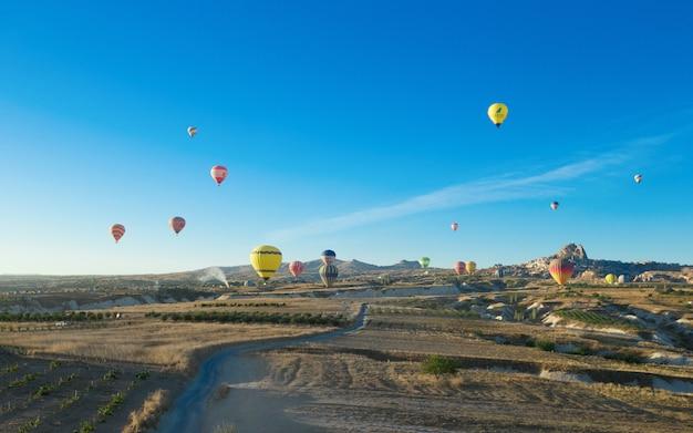 Воздушный шар пролетел над захватывающей каппадокии