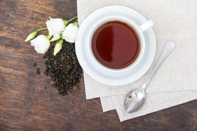Крупным планом чашки чая с фасолью и цветами