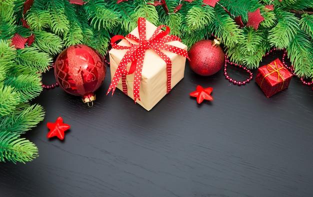 Новогоднее украшение с шарами и подарочной коробкой