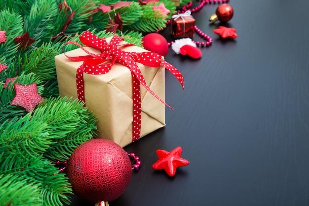 Рождественская подарочная коробка и рождественские украшения