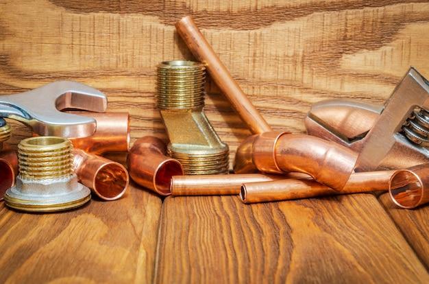 銅真鍮のアクセサリと配管修理用ツールを備えたスペアパーツ