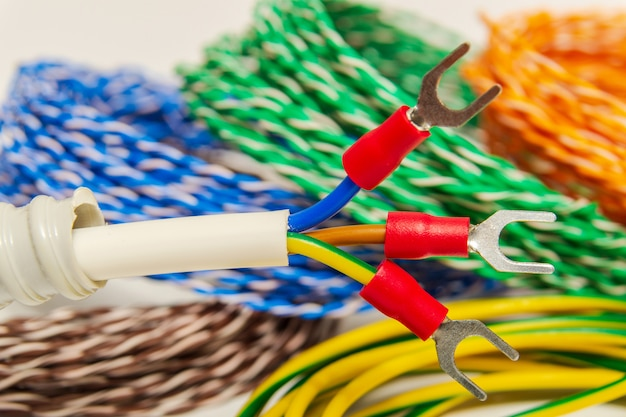 Три электрических провода с клеммами перед установкой