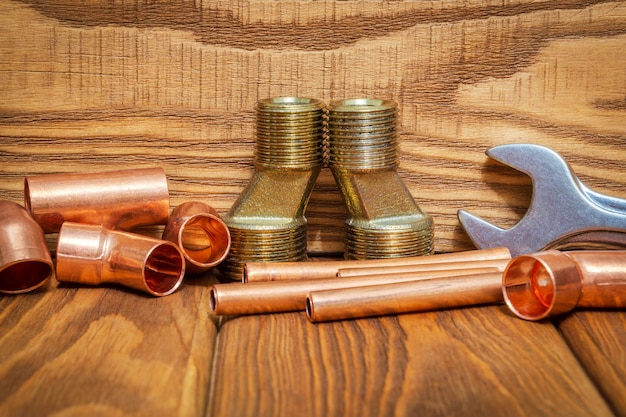 配管用の銅および真鍮の付属品を備えた工具およびスペアパーツ