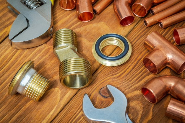 配管修理用の銅と真鍮の付属品を備えたスペアパーツとツール