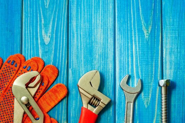青い木製のテーブルの配管工に必要なツールのセット