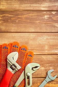 ヴィンテージの木製のテーブルに配管工のためのツールのセット