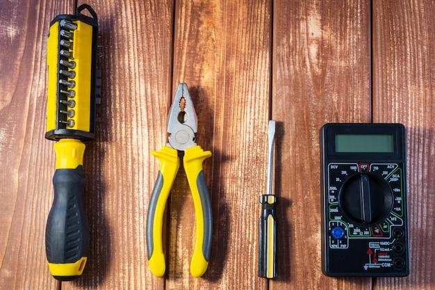 木製のテーブルの電気技師のためのツールのセット