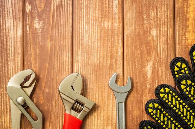 ヴィンテージの木製の壁に配管工のためのツールのセット