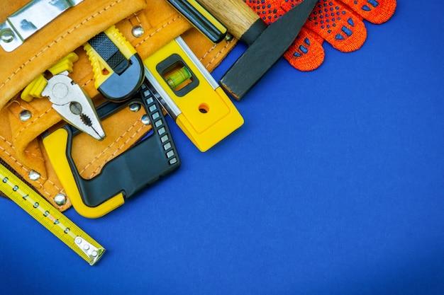 バッグと作業用手袋に入った作図ツール