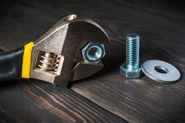 金属製のナットとボルトが付いた調整可能なスパナ
